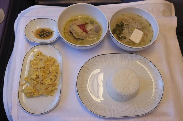 画像: ビジネスクラスの機内食より。和、洋のほかタイ料理のセットメニュー「サムラップ」も。黒豚ポークのパネンカレー、ガイヤーン(焼き鳥)など本格的なタイの味を機上でも楽しめる