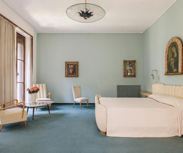 画像: 主寝室には、オズヴァルドがデザインしたガラス製ペンダント照明と、フォンタナが手がけたテーブルがある