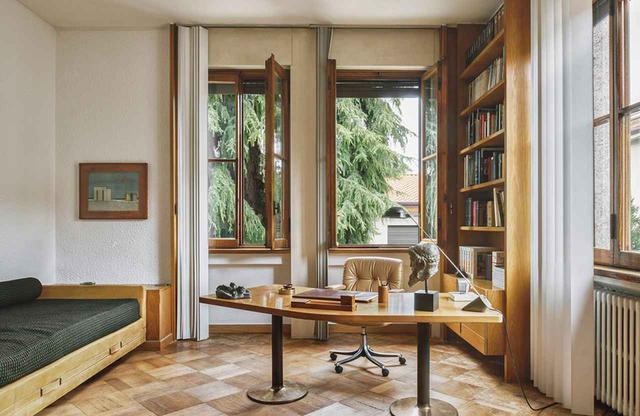 画像: 2階のスタジオには、オズヴァルドが作った「P126」チェアと「L150」ベッド。さらに1956年のプロジェクトのために製作された机の上に、古代ギリシャ時代の銅像が乗っている