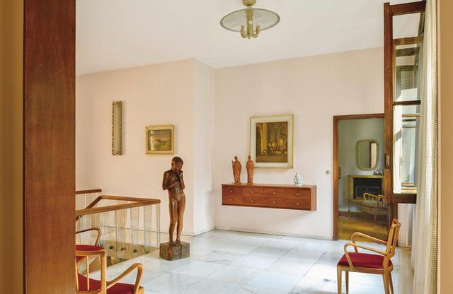 画像: 広い踊り場に置かれたオズヴァルド作の家具とともに、彼の世界観を完成するのは、エンリコ・ラギ作のフルジェンツィオの娘シルヴィアの彫像と、タローネが描いた絵画