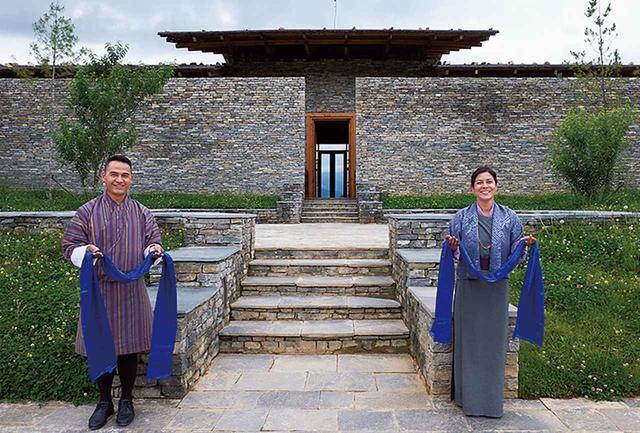 画像: シックスセンシズ ブータンのパロ・ロッジのゲート。カターと呼ばれる敬意を表すスカーフ(各ロッジで色が異なる)を手に、ゲストを迎える