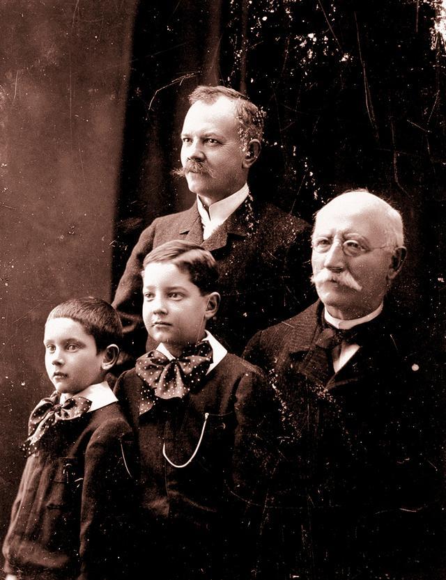 画像: メゾンの創始者、ルイ‐ユリス・ショパール(右端)は時計職人として若くして頭角を現し、ロシア宮廷や著名人の顧客を得た。左端は三代目ポール‐アンドレ