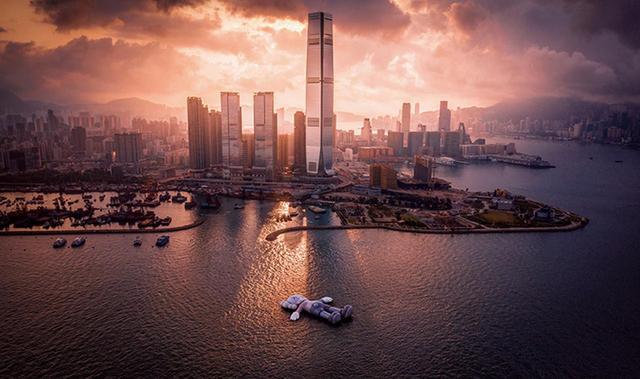 画像: 今年3月、香港アートマンスの最中に行われた『KAWS:HOLIDAY HONGKONG』。香港のビクトリア・ハーバーに、バルーンでできたコンパニオンが浮かんだ。「実は予想以上に波が高くてね。早めに撤収したんだ。簡単そうに見えるけど、リスクを伴うプロジェクトなんだ」とKAWS PHOTOGRAPH BY GARETH HAYMAN