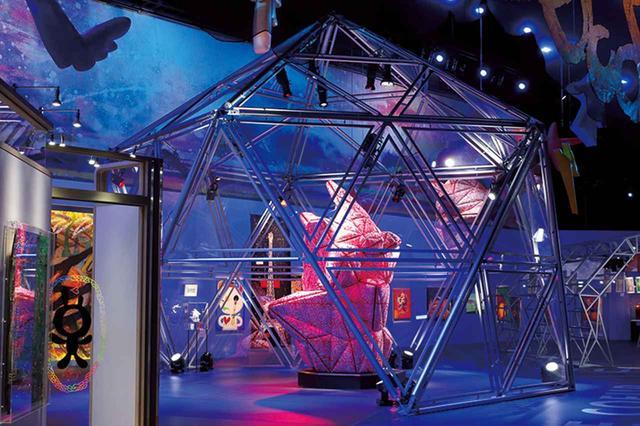 画像: 今年3月より開催された香取慎吾の日本初個展『サントリーオールフリー presents BOUM! BOUM! BOUM!』の展示風景。会場は美術館ではなく、客席が360°回転する劇場「IHIステージアラウンド東京」。照明やスモークなど香取が演出を施した空間で、10年以上描きためていた約120の絵画や新作を展示した © SHINGO KATORI