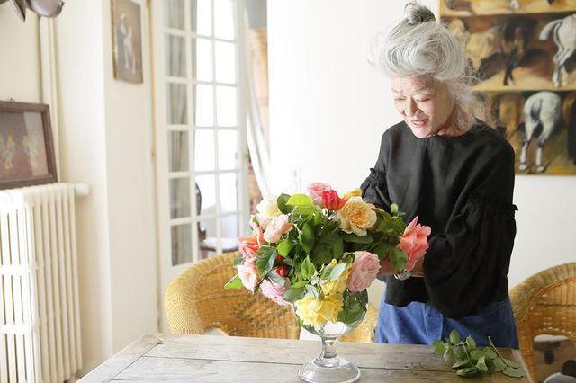 画像: 『パリ−東京 とらわれず、しばられず 今日、今を生きる美しい人』より。 庭で集めた切り花を、クリスタルのどの花瓶に生けるのか、考えながら挿していくのも幸せな時間だ PHOTOGRAPH BY IKUO YAMASHITA