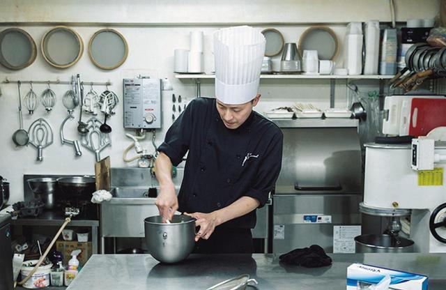 画像: ヨーロッパで修業を積んだ次男・康生さんが作るモダンなケーキも評判。「父はこの道を極めた人。職人として尊敬しています」