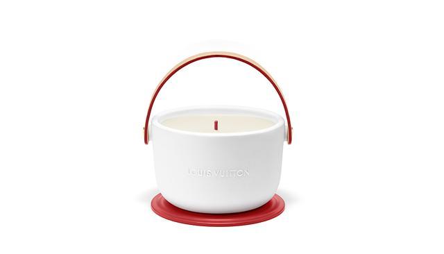 画像: ルイ・ヴィトン「Louis Vuitton (RED)」 パフュームド キャンドル <220g>¥25,000(数量限定品) ルイ・ヴィトン クライアントサービス フリーダイヤル:0120-00-1854 COURTESY OF LOUIS VUITTON