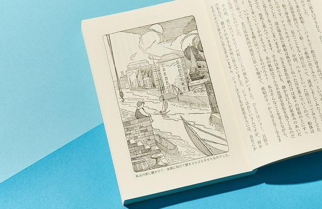 画像: ロフティングによる『航海記』冒頭のイラスト。架空の町バドルビーの川べりに行き交う船を眺めるスタビンズ少年。貧しい靴職人の息子で、学校にも行かせてもらえないが、もうすぐドリトル先生とのわくわくする出会いが…。未知への憧れが込められた美しい挿画
