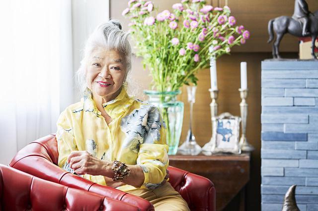 画像: 島田順子(JUNKO SHIMADA) 1941年千葉県館山生まれ。杉野学園ドレスメーカー女学院デザイナー科卒業。66年渡仏。70年デザイナー集団「マフィア」入社。75年「キャシャレル」に入社後、チーフデザイナーとして活躍。81年パリに「JUNKO SHIMADA DESIGN STUDIO」設立。初コレクション「JUNKO SHIMADA」をパリで発表。東京コレクションでは「49AV.JUNKO SHIMADA」を発表。86年東京に「JUNKO SHIMADA INTERNATIONAL」設立。96年日本ファッションエディターズクラブデザイナー賞(FEC賞)を受賞。2012年フランス芸術文化勲章シュヴァリエ授与