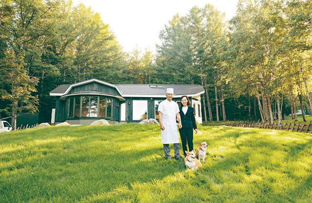 画像: 「ル・ゴロワ フラノ」の前に立つ大塚健一さん・敬子さん夫妻と犬たち。軽井沢育ちの健一さんも動物好き、自然好き。「けんちゃん」「けいちゃん」と呼び合い、「お互いがいてこそのル・ゴロワ」と話す。料理のおいしさはもちろん、敬子さんの心のこもったサービスも客を惹きつけている