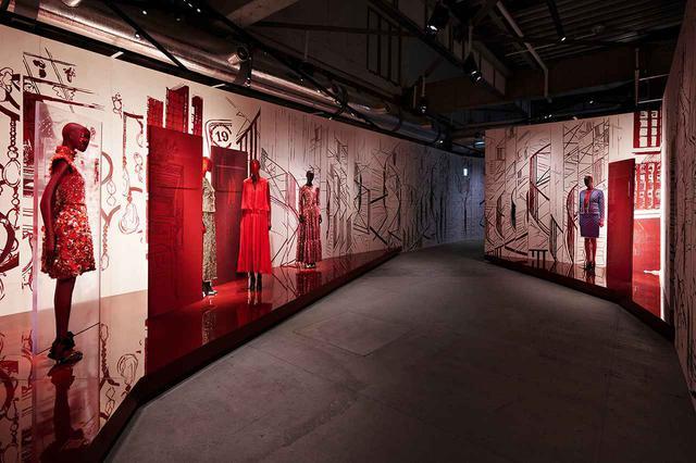 """画像: ガブリエル・シャネルにとって赤は""""命の色""""。赤い革張りの書物やコロマンデル屏風(中国の漆塗り屏風)など、ガブリエルは、自身のアパルトマンの調度品にも、赤を好んだ PHOTOGRAPH BY OLIVIER SAILLANT"""