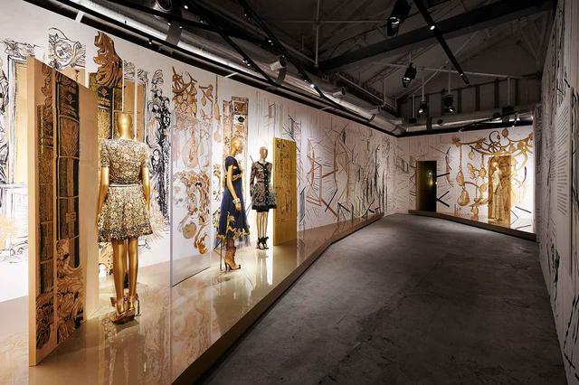 画像: ゴールドの部屋。ゴールドは、ガブリエル・シャネルが常にインスピレーションを受けたビザンチンやバロック様式の装飾品にも多用された色。そのフレスコ画が背景を彩る PHOTOGRAPH BY OLIVIER SAILLANT