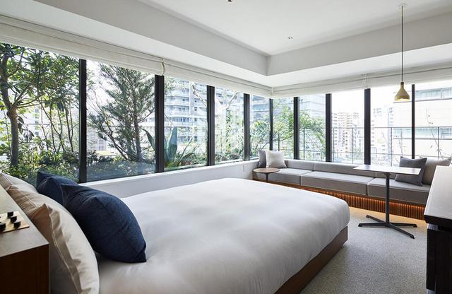 画像: コーナー ダブルルーム<25㎡> 各フロアに1室ずつある窓の大きな角部屋タイプ。ここも植栽に囲まれ明るくて快適な客室
