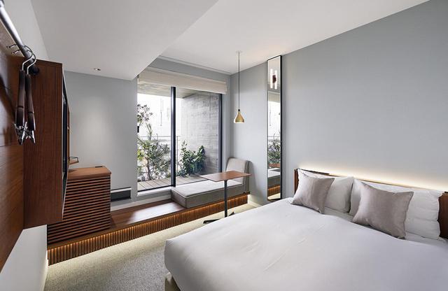 画像: ダブルルーム<15㎡> 緑が見えて居心地の良い客室。ベンチソファーでリラックスも