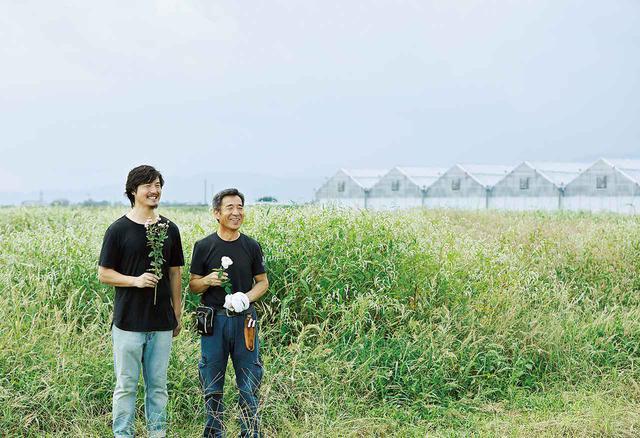 画像: 啓司さん(右)と健一さん(左)。新しい薔薇を育て、それを広める親子のリレーは続く