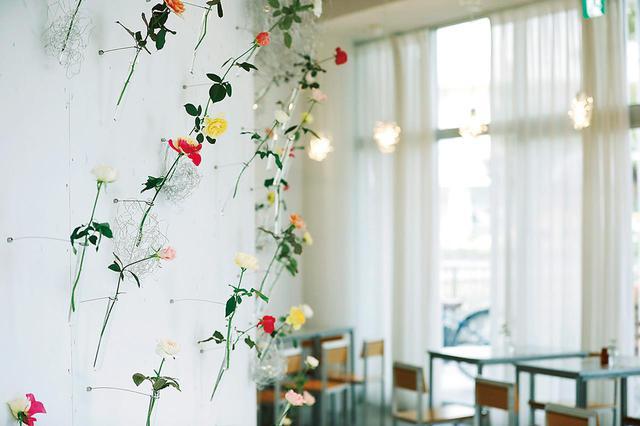 画像: 守山駅前の「WABARA Café」 店内には至るところに薔薇に触れる仕掛けがあり、「薔薇を気軽に生活に取り入れてほしい」と健一さん。今年秋にはファーム内へ移転する予定 滋賀県守山市勝部1-13-1-101 TEL. 07(7596)3070 営業時間:11:00〜20:00 定休日:月・火曜(祝日の場合は営業)