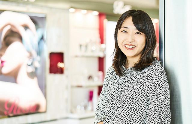 画像: 加藤寿恵(KAZUE KATO) MTG 執行役員 ReFa本部 マーケティング部 部長 PRとして活躍する一方で、ものづくりにも魅力を感じ、商品企画を志願。担当したリファカラットを大ヒットへと導く。現在ではリファブランドの総責任者として、商品企画からPRまですべてを統括する PHOTOGRAPH BY SHINSUKE SATO