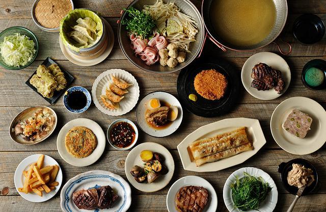 画像: レストラン「HAMACHO DINING & BAR SESSiON」のカジュアルディナー。ハムカツにトリュフ餃子、テリーヌまで、プロの技を加えた 小皿料理が豊富 COURTESY OF BLUE NOTE JAPAN