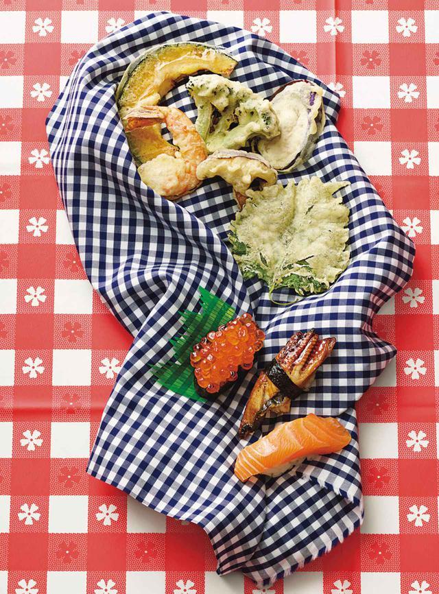 画像: 日本式の天ぷらの盛り合わせ (上から)かぼちゃ、海老、ブロッコリー、なす、椎茸、しその葉。イクラ、鰻とサーモンの寿司