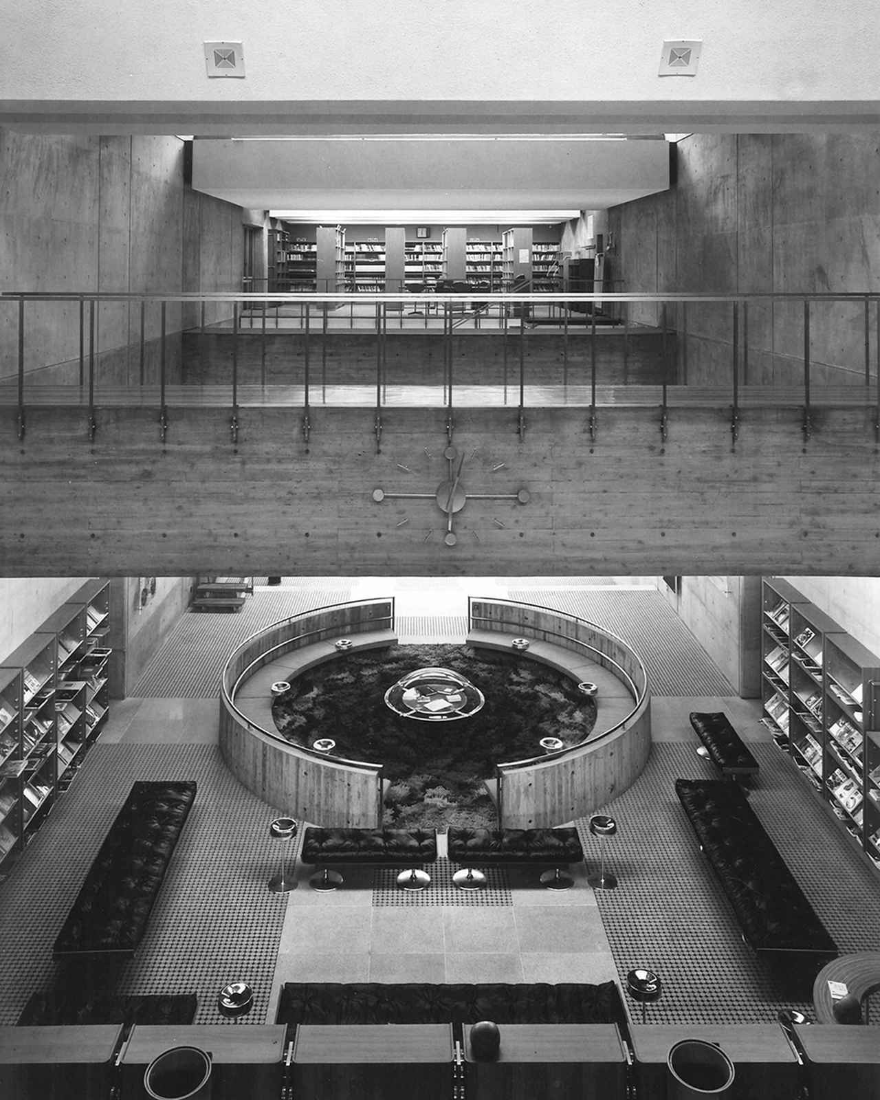 画像: 磯崎の初期作品である大分県立大分図書館の開館時の写真。ホール中心へと注ぐトップライトの光が美しい。1966年に竣工し、日本建築学会作品賞を受賞。1995年に閉館するが、改装され、複合文化施設「アートプラザ」となる。3Fには磯崎の建築模型や資料の展示スペースがある ŌITA PREFECTURAL LIBRARY, PHOTO COURTESY OF YASUHIRO ISHIMOTO