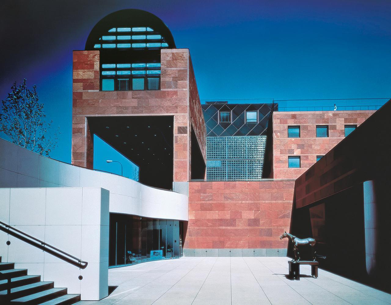 画像: ロサンゼルス現代美術館は1988年に竣工。福岡相互銀行(現・西日本シティ銀行 本店)の壁に用いた赤いインド砂岩が、LAの陽ざしに映えるという理由から採用された LAMOCA, PHOTO COURTESY OF YASUHIRO ISHIMOTO