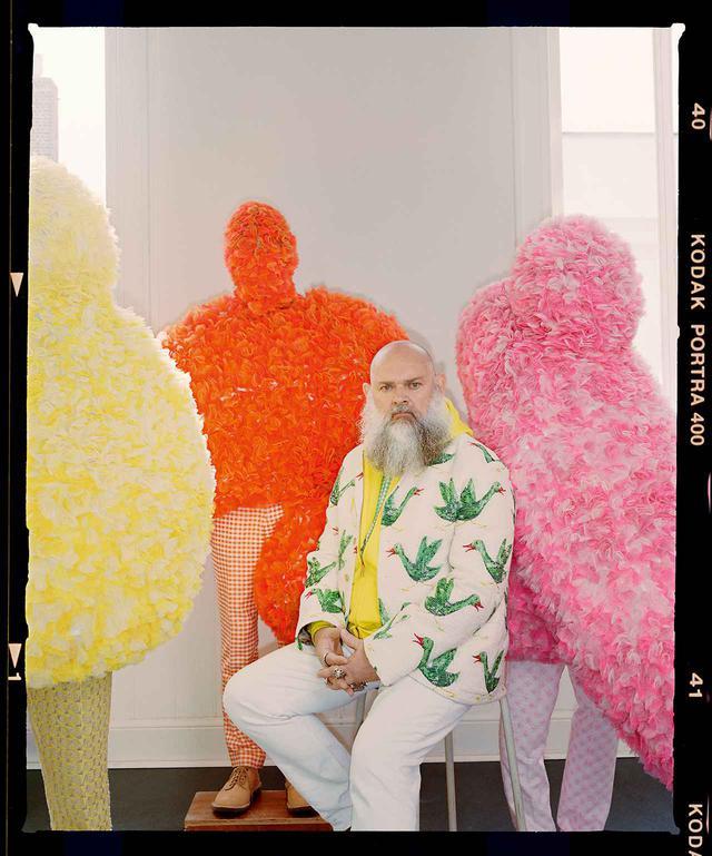 画像: 2019年春夏コレクション「Wild is the Wind」のジャケットを着たウォルター・ヴァン・ベイレンドンク。周囲の3人がまとっているのは、2012年春夏コレクション「Cloud #9」のルック
