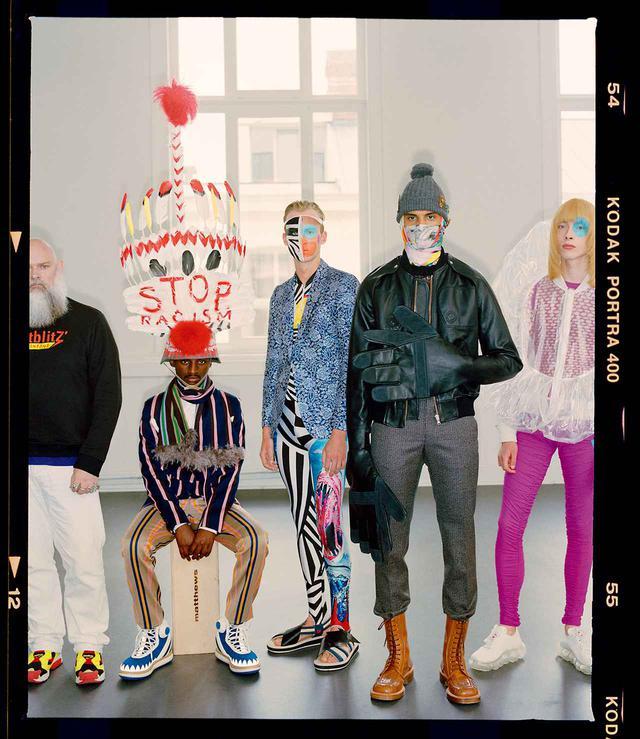 画像: (左から)2020年春夏コレクション「Witblitz」のシャツを着たヴァン・ベイレンドンク、2014-'15年秋冬コレクション「Crossed Crocodiles Growl」、2015年春夏コレクション「Whambam!」、2017-'18年秋冬コレクション「Zwart and Witblitz」