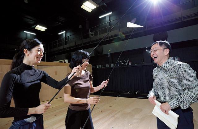 画像: 出演者たちと。稽古前、リラックスした笑顔がこぼれる