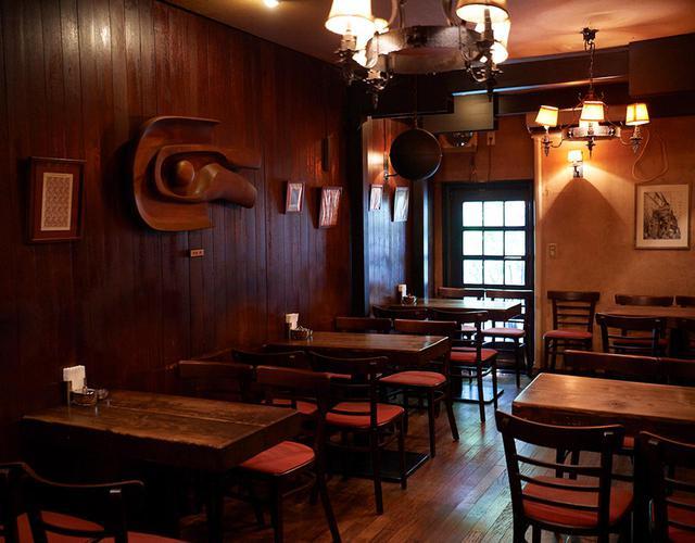 画像: ウッドを基調にした落ち着きのある店内。隣りの間には大きな木製のテーブルも。思い思いのスタイルで静かに音楽の身を浸す喜びに満ちている