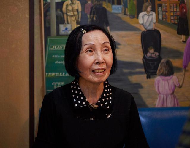 画像: 人懐っこくて、面倒見の良い店のママ、阿部みつ子さん。「学生から社会人になっても通ってきてくれる常連さんたちがいるのはうれしいですね」