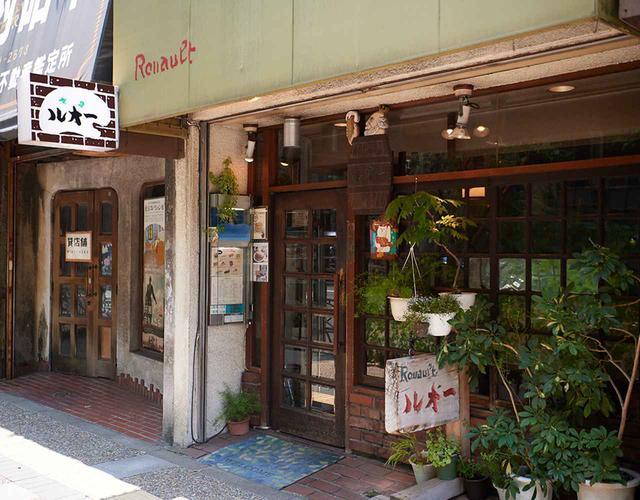 画像: 格子状になったガラス窓は、移転の前の店舗から持ってきた年代物