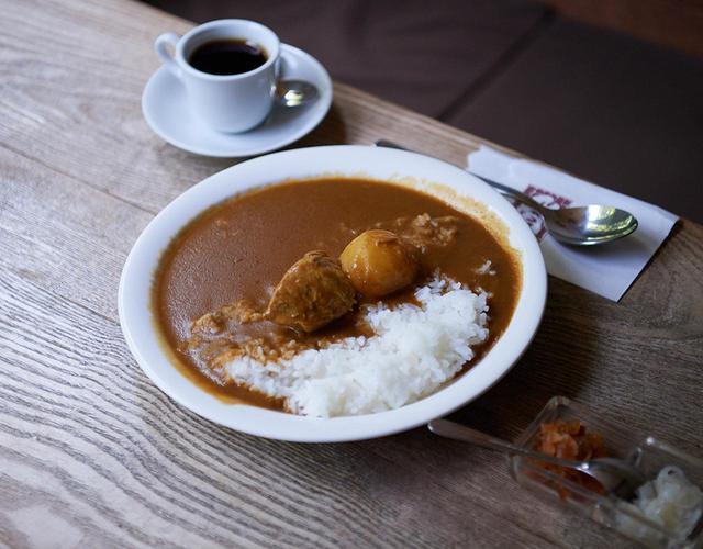 画像: 名物「セイロン風カレー」(コーヒー付き)¥980 カレールーの上にごろっとした肉とジャガイモが乗っている