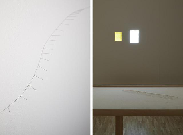 画像: (写真左)《幽かな線》2002-2019年 ピン サイズ可変 (写真右)手前は作家の故郷であるチュニジアの海岸を想起させる砂地に、ボールの跡を記した《ボールの跡》。見えないボールの存在を見るものに想像させる作品だ。壁面にあるのは、風になびく黄色い紙やトレーシングペーパーを使い、姿のない自然の気配を暗示させる《ジェスチャー》シリーズ © NACÁSA & PARTNERS INC. / COURTESY OF FONDATION D'ENTREPRISE HERMÈS