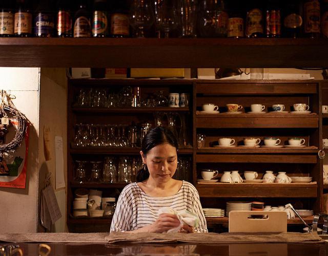 画像: この街の喫茶店で働き始めてから17年。神保町を愛する店長の浅見加代子さん