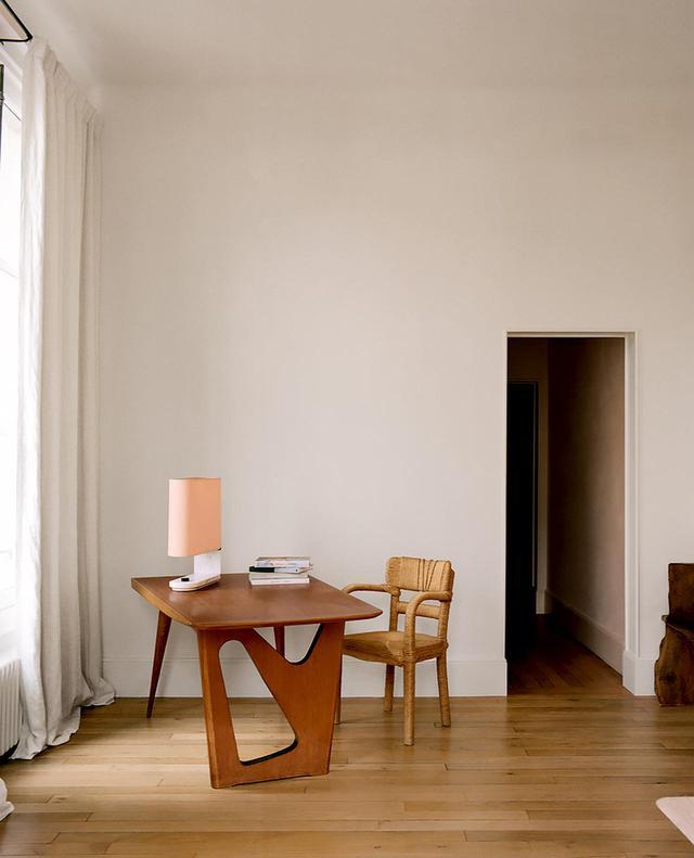 画像: ヴィンテージのオーク材の机とクリスチャン・アストゥグヴィエイユの籐椅子