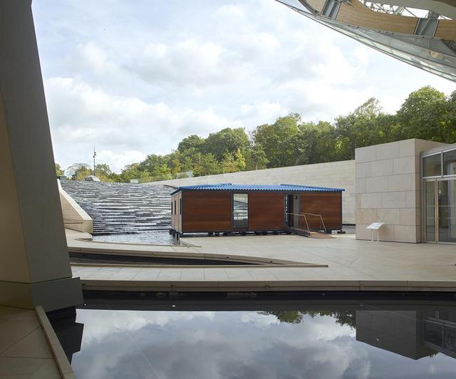 画像: 建物外の水辺に作られた「限りなく水に近い家」 建築雑誌主宰のコンペで2位になったプランを、スケッチを元にルイ・ヴィトンが具現化した。アート・バーゼル・マイアミ・ビーチで発表したものが、再びフォンダシオン・ルイ・ヴィトンに登場 © ADAGP, PARIS, 2019 CRÉDIT PHOTO : © FONDATION LOUIS VUITTON / MARC DOMAGE