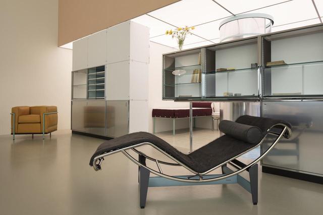 画像: (写真上・下) ル・コルビュジエ、ピエール・ジャンヌレとともに出展したサロン・ドートンヌの「住居設備」の展示を再現。展示された「LC2」、「LC4」などの家具には座ることもできる © F.L.C. / ADAGP, PARIS, 2019 © PJ / ADAGP, PARIS, 2019 © CHARLOTTE PERRIAND / ADAGP, PARIS, 2019 CRÉDIT PHOTO : © FONDATION LOUIS VUITTON / DAVID BORDES
