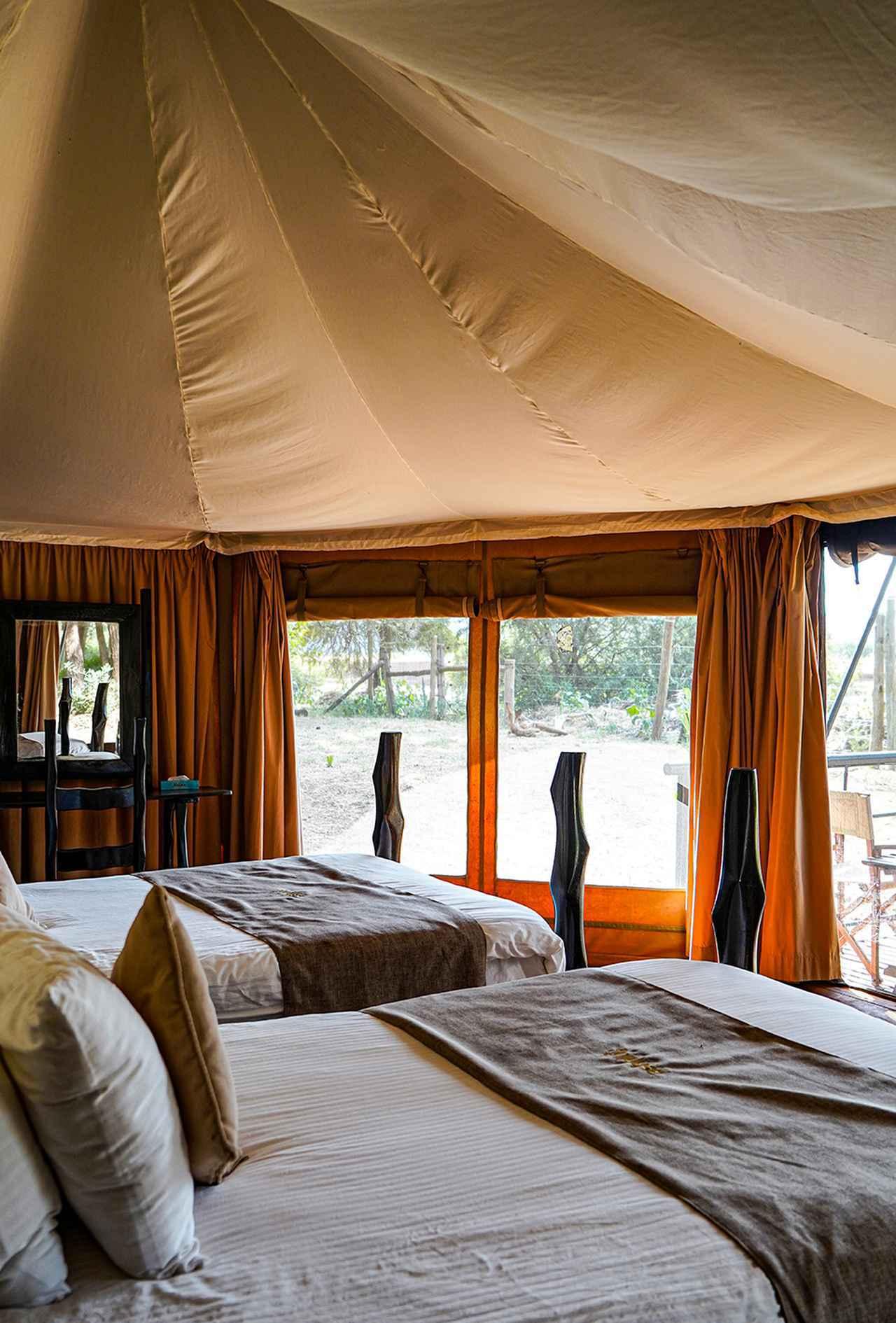 画像: アシュニール サンブル キャンプのテント。目前には自然が広がる