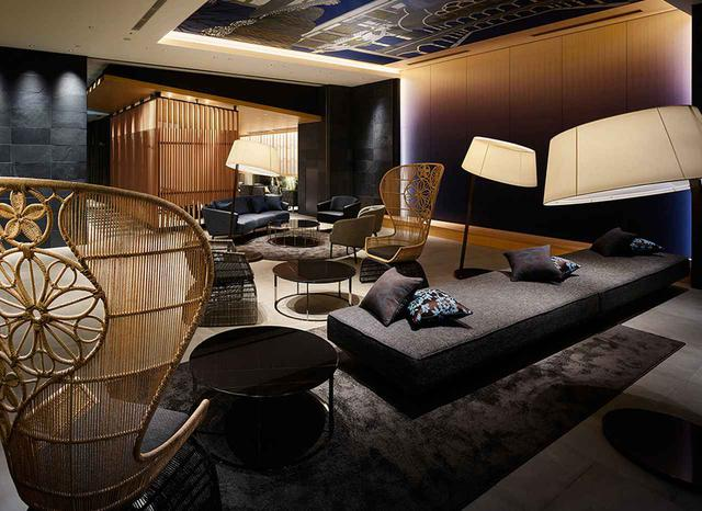画像: ラウンジは洒落たランタンの家具や皮のソファなど落ち着いたトーンと、歌舞伎をモチーフにして描かれた天井画との対比が印象的