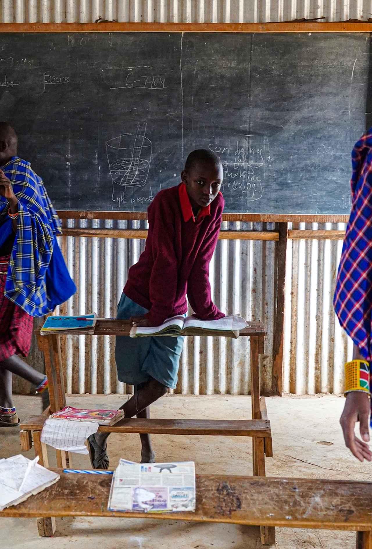 画像: マサイ族やその他の部族の子供たちに授業をしている地元の学校。ここは訪問客による寄付金や世界スカウト機構からの支援で運営されている