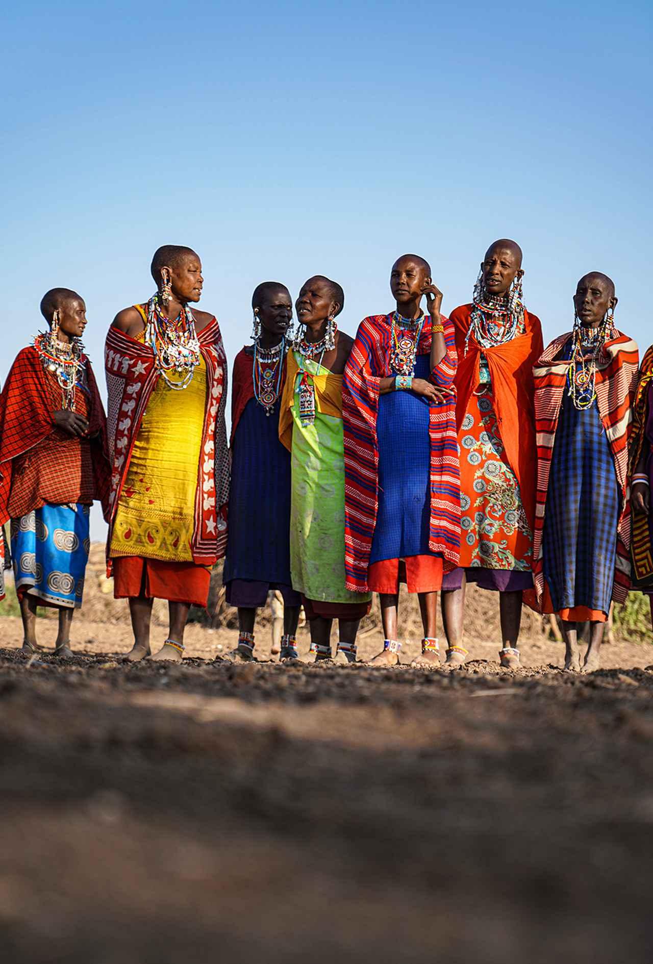 画像: マサイ族の人びと。女性たちは子供を称える歌を歌っていた
