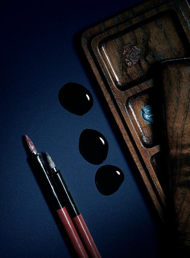 画像: 幸四郎が隈取を描くときなどに用いる化粧道具。正義や勇気を表す赤は善人に、冷酷さを表す青は敵役に、茶は妖怪や鬼など、人間ではない役柄に用いられる