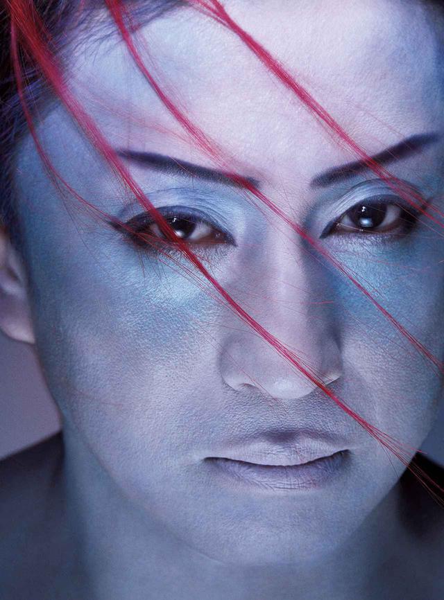 """画像: 歌舞伎らしい直線的な眉は生かしつつ、冷たいニュアンスを放つ青みの強いベースで、""""色悪""""をよりクールに進化させた"""