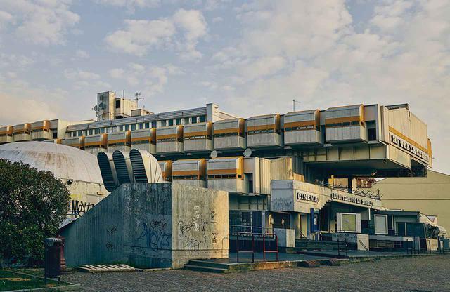 画像: イタリアのイヴレーアにあるラ・セッラ複合施設。イジニオ・カッパイとピエトロ・マイナルディスがデザインし、1976年にオープンした。施設内にはホテルや映画館があり、オリベッティ社員の社交の場でもあった