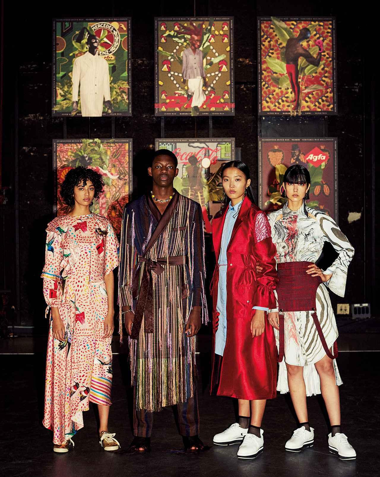画像: ナイジェリアのアーティスト、カダラ・エニヤシのアート作品の前に立つ、FACE.A-Jに参加したアフリカ人デザイナーの服を身につけたモデルたち。着用ブランドは左からアニャンゴ・ムピンカ、ケネス・イゼ、テベ・マググ(右2体)