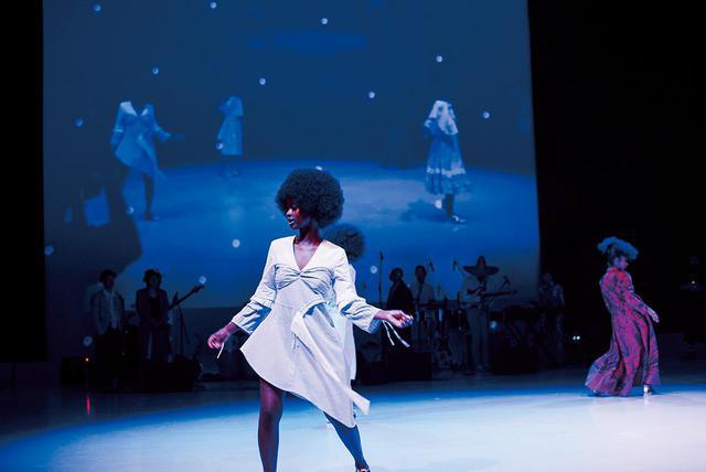 画像: アニャンゴ・ムピンカは、モデルがダンスを繰り広げる躍動感に満ちたショーを発表。ケニア出身で、ファッションを正式に学んだ経験はないが、ファッションへの情熱から2015年にブランドを立ち上げた。年間最優秀ケニアデザイナーに2回ノミネートされている