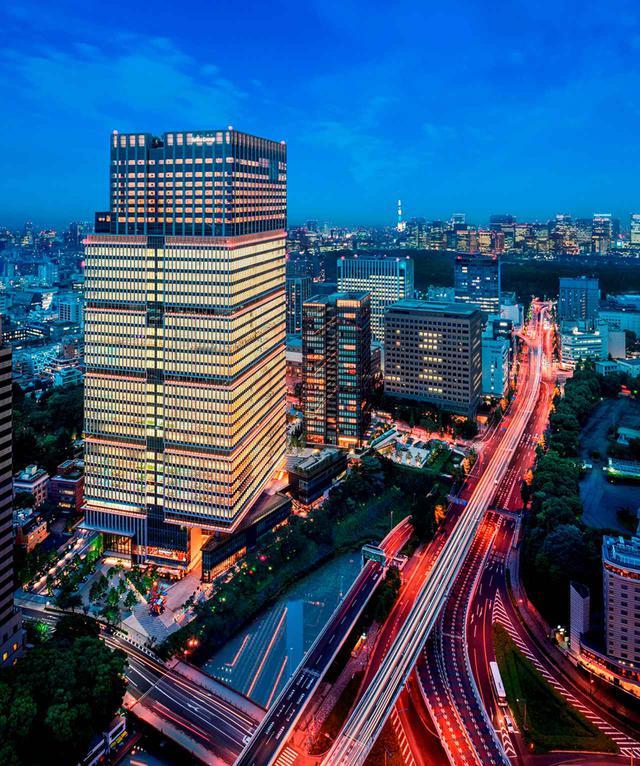 画像: 高速道路、東京タワー、高層ビル群などまさに大都会の夜景、その中心にホテルが建つ