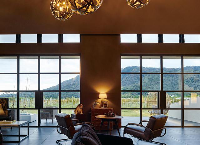 画像: 窓からの眺めが美しいフロントロビー兼ラウンジ。バーカウンターが併設され、ゆったり過ごせる COURTESY OF CAVE D'OCCI