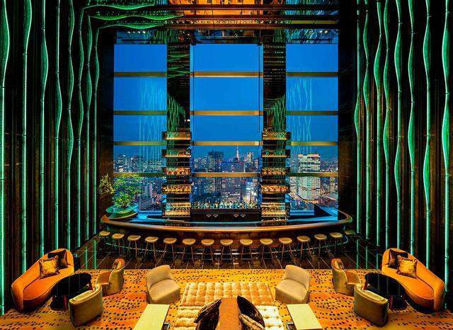 画像: 2フロア吹き抜けのカクテルラウンジ・バー「Sky Gallery Lounge Levita」。シンボリックな空間は、滝をイメージした両サイドのガラスアートが印象的。外に見える都会の夜景を「万華鏡のように楽しんで」とホテルのスタッフ