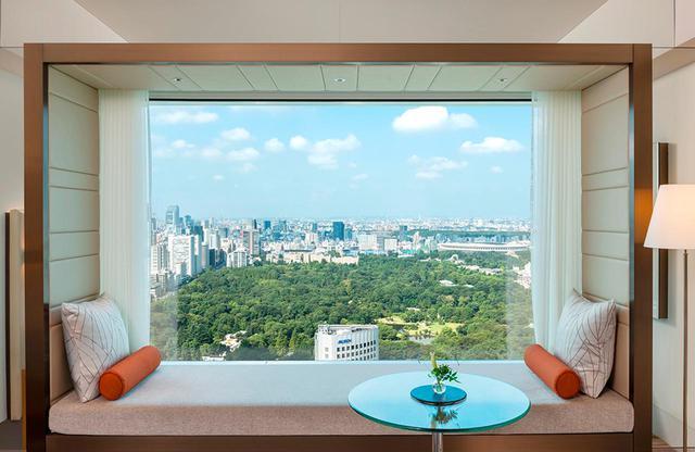 画像: 「クラブデラックスツインルーム」<42㎡> 窓際のデイベッドは緑が広がる東京を望むに最高の場所